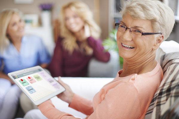 Femme senior avec la tablette